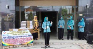 Riana Arinal Beri Bantuan kepada Masyarakat Terdampak Covid-19 dalam Program Jumat Barokah ke-8