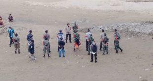 Kerumunan Warga di Jembatan Sungai Pinoh Dibubarkan Oleh Satgas Covid-19