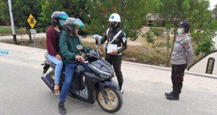 Sinergitas TNI-POLRI Lakukan Kegiatan Pembagian Masker Kepada Warga